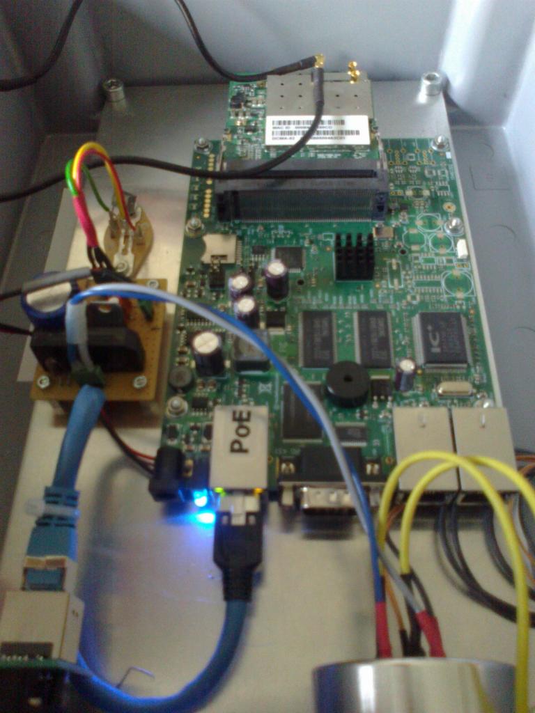 Ausseneinheit mit Spannungsversorgung, Router und WLAN Karten sowie LAN Anschluss.