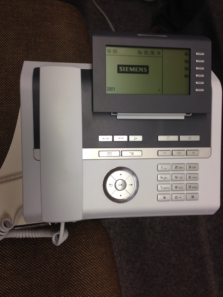 Das Telefon hat einen Headset Anschluss, welcher mit dem Beschallungssystem des Saals verbunden ist.