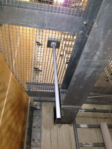 Halterung mit Platten an langen Schrauben durch das Gitterrost verschraubt.