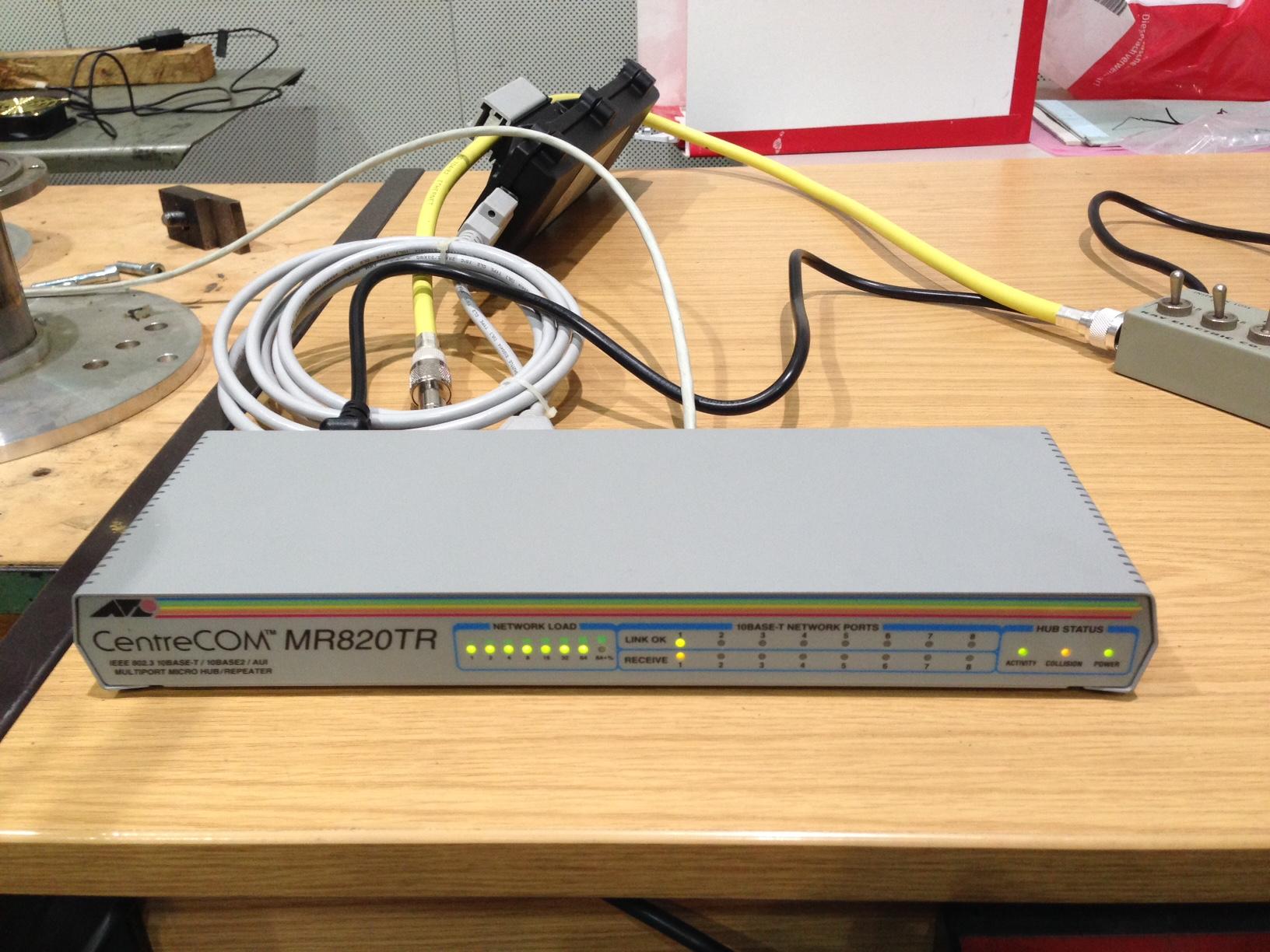 "Hier sieht man den verwendeten HUB ""CentreCOM MR820TR"""