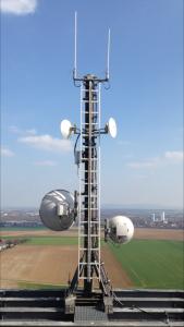 Die Rundstrahlantennen und die HamNet-Spiegel von DB0DVR auf der Plattform in 89m Höhe über Grund.